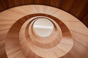 Inspirationen til Hempels flotte trappe er en vortex spiral, der opstår, når især to farver maling bliver blandet sammen